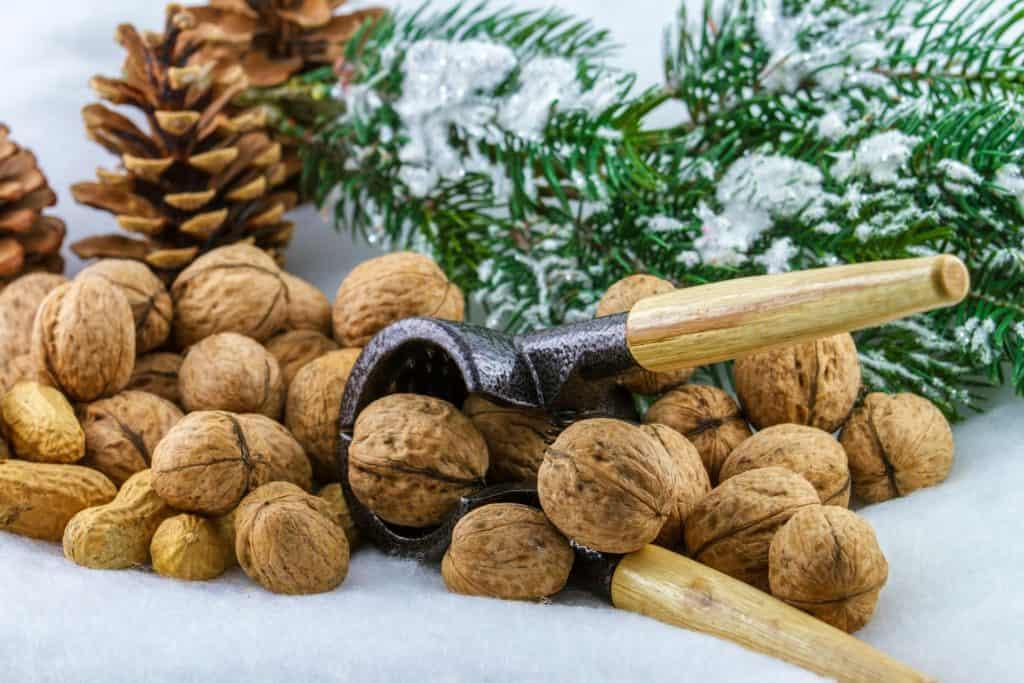 Nüsse zu Weihnachten sind gut mit einem originalen Nussknacker zu öffnen.